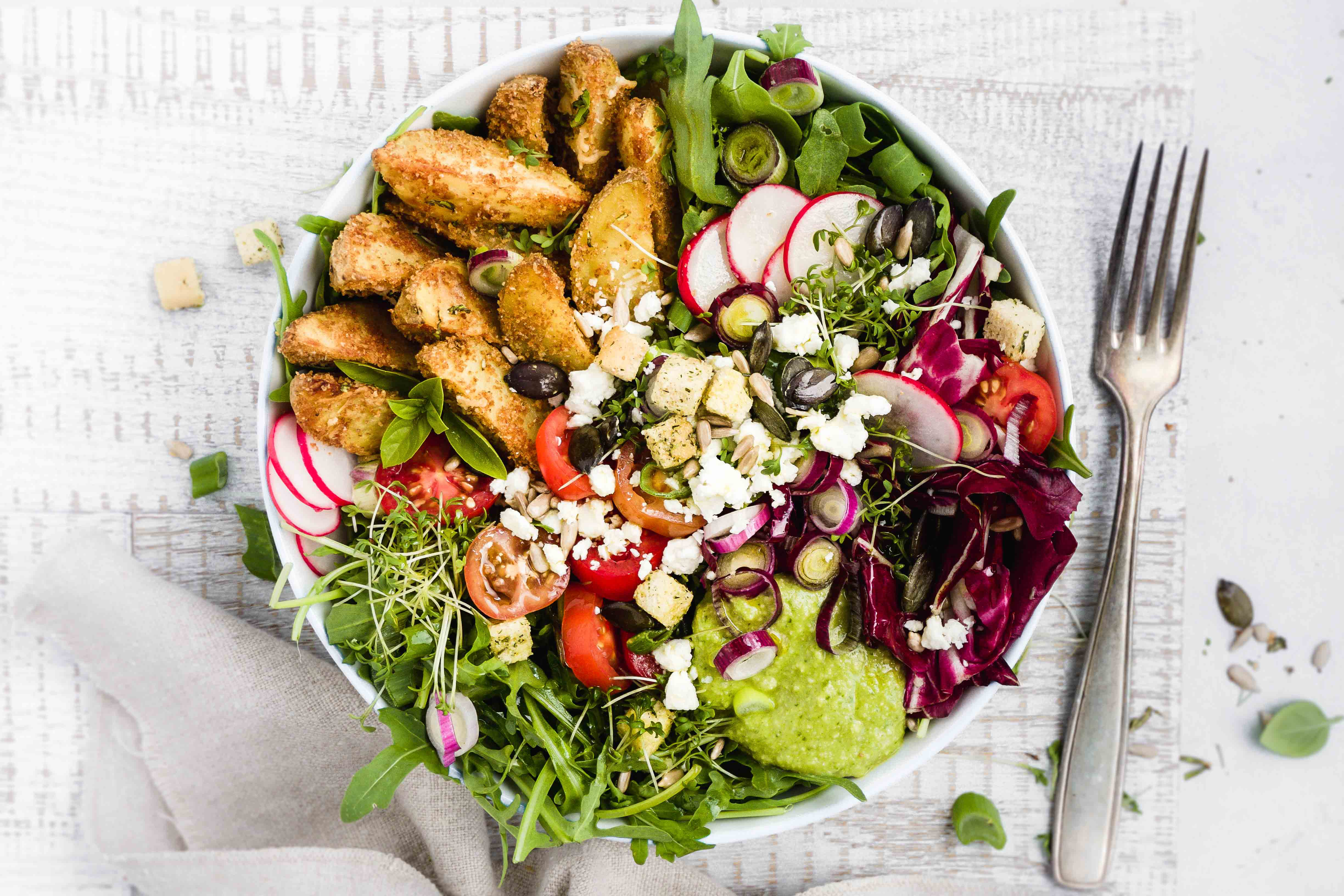 Bunte Salatbowl mit Parmesan-Potato-Wedges