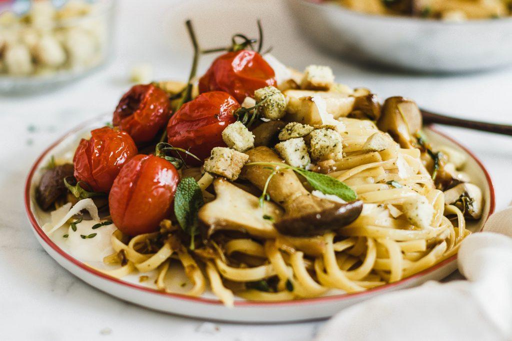 Pasta mit Pilzen und gebräunter Butter-Kräuter-Sauce