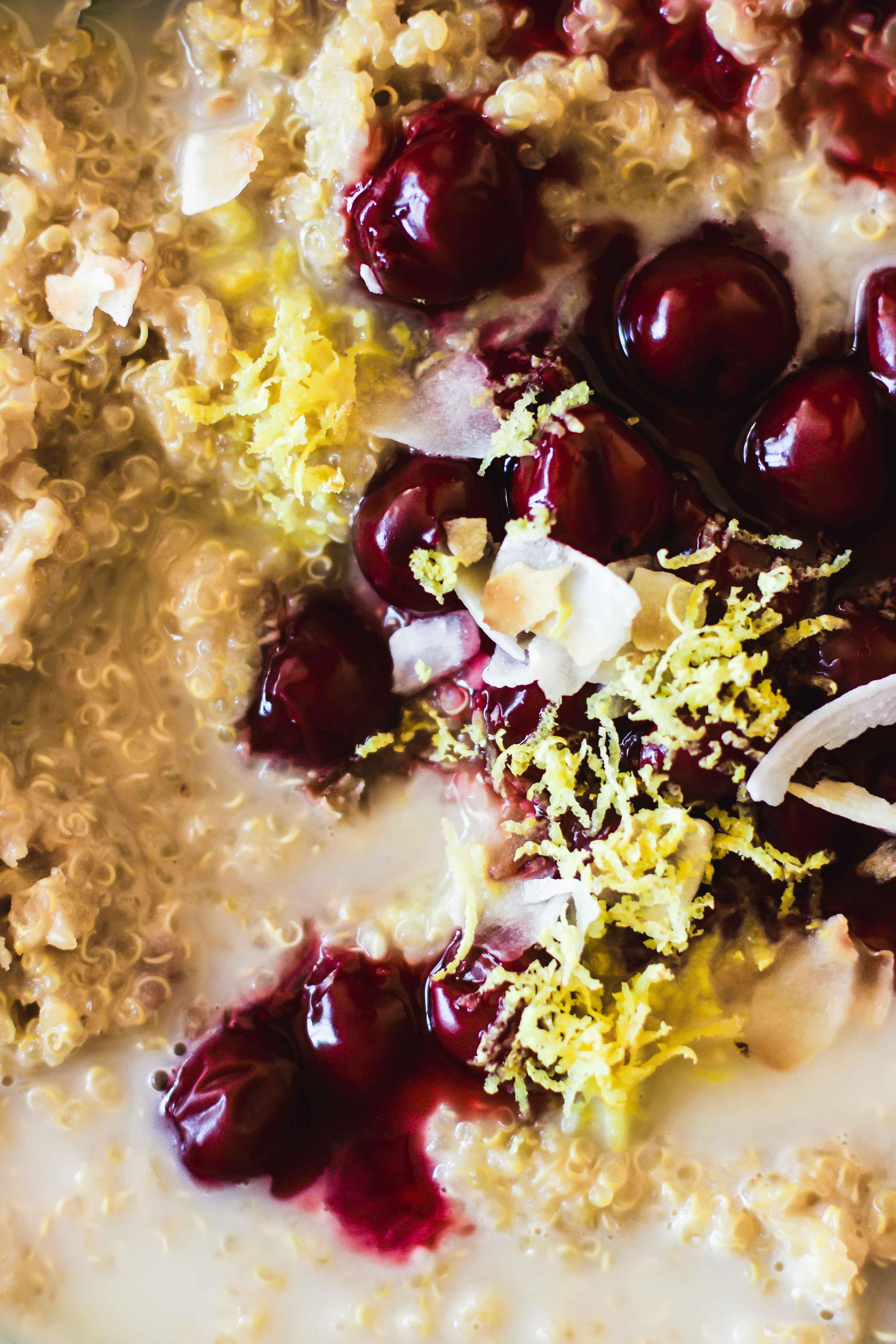 Quinoa-Kokos-Porridge mit warmen Kirschen