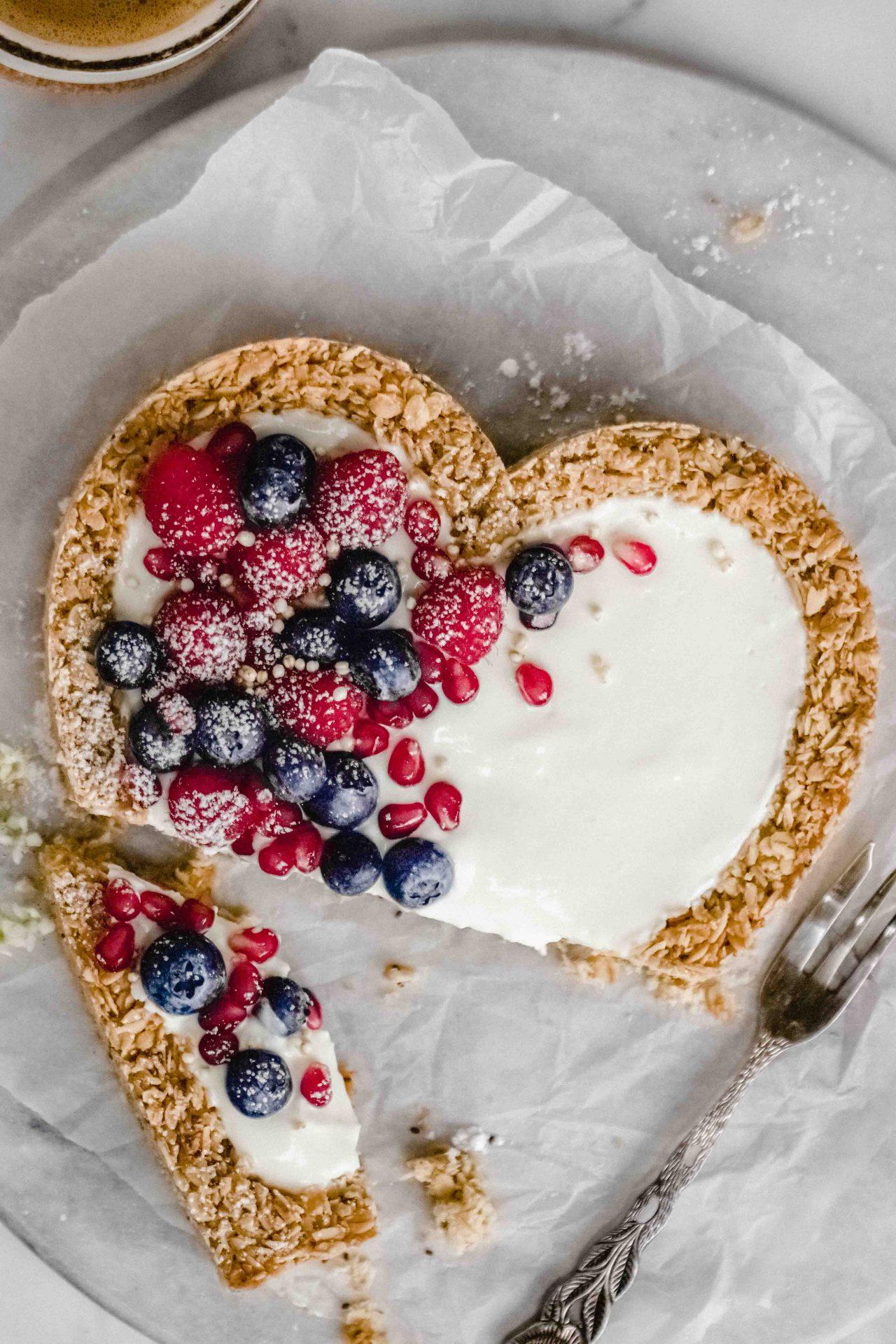 Granola-Herz mit Joghurt und Beeren