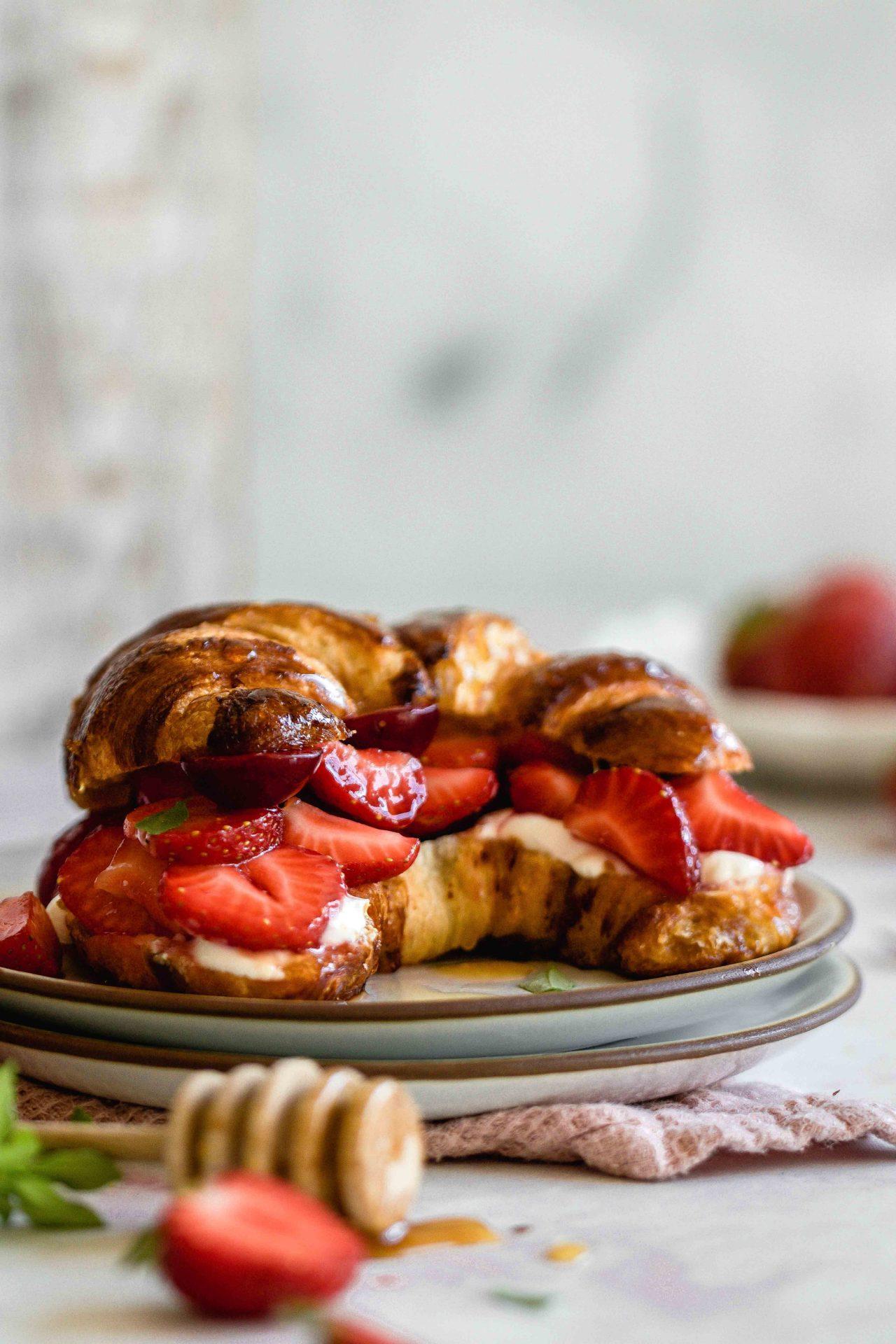 Prezel croissant with strawberries