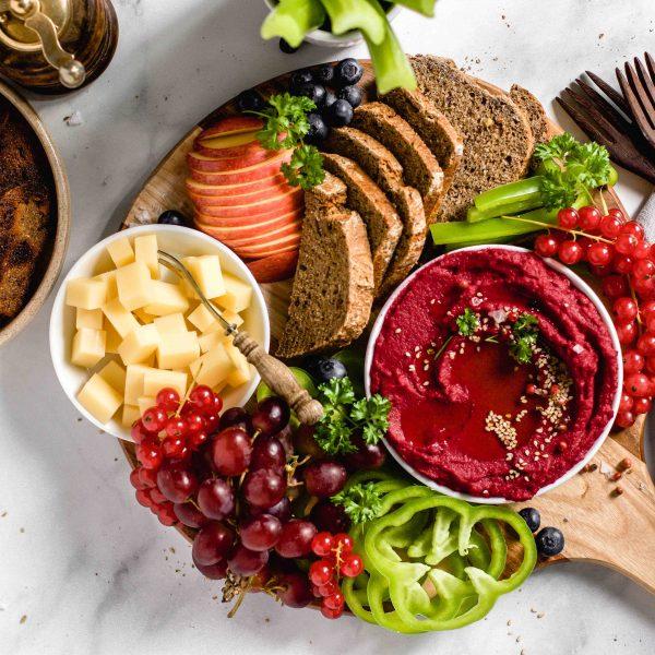 Snackplatte mit Rote-Beete-Hummus