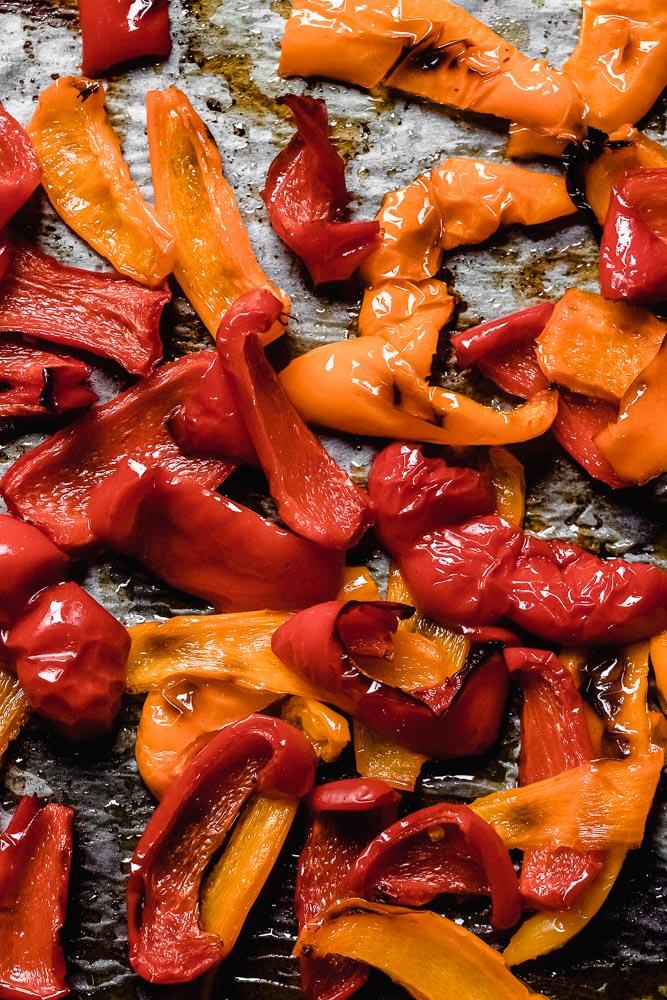 Hummus mit gerösteten Paprika und sonnengetrockneten Tomaten