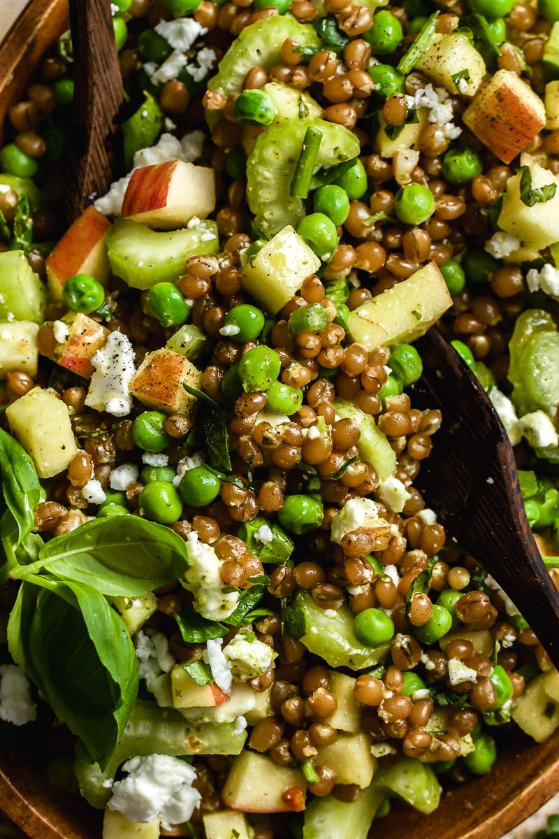 Kraeuter-Getreidesalat mit Erbsen und Feta